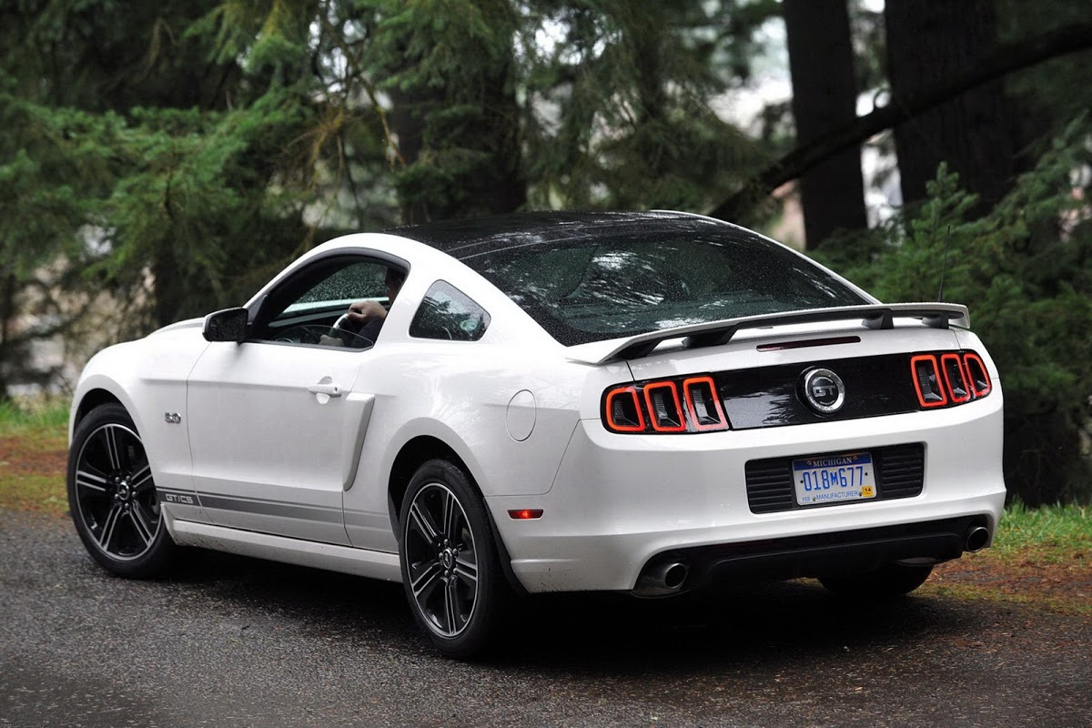 We visually compare the new 2015 mustang to the previous one and the
