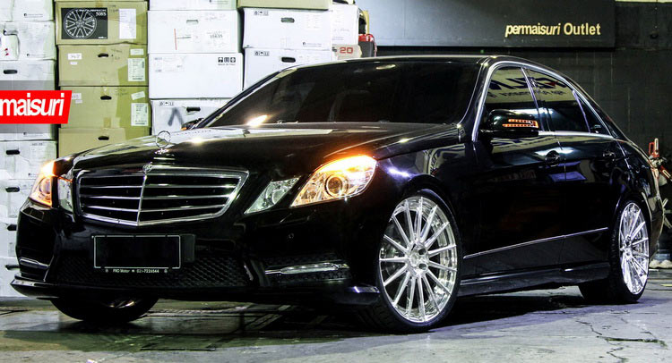 W212 Merc E Class Returns To Pose On 20 Rims Carscoops