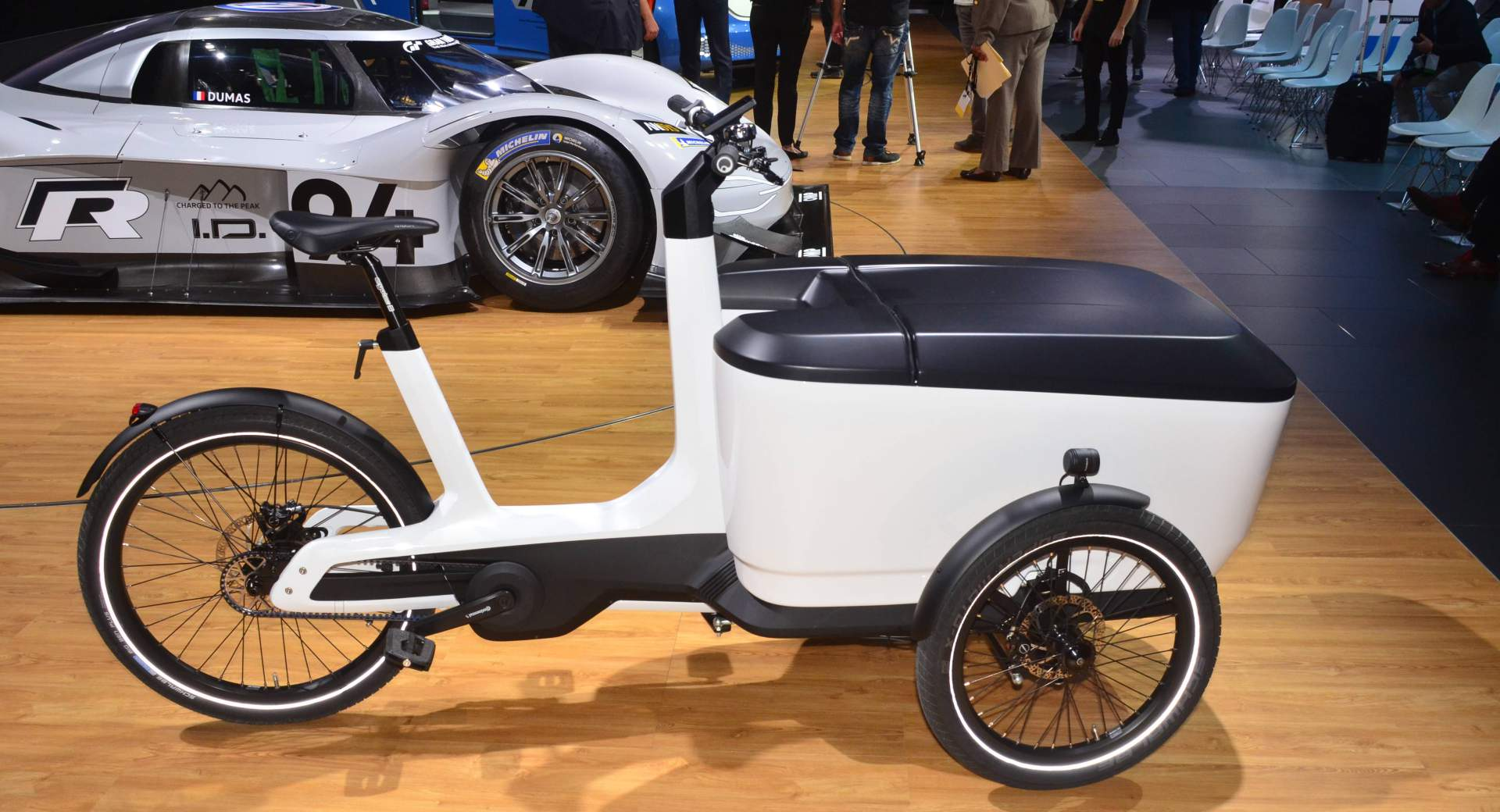 vw cargo e bike punches above its weight with 463 pound. Black Bedroom Furniture Sets. Home Design Ideas