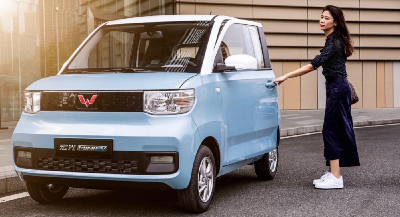 Самым продаваемым в Китае стал электромобиль за 00. Он имеет запас хода 120 км и заряжается от домашней розетки